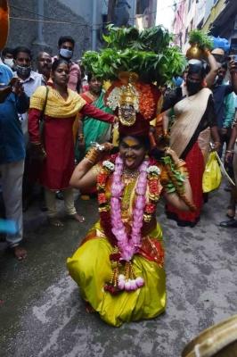 तेलंगाना : लश्कर बोनालू समारोह में हजारों लोग हुए शामिल